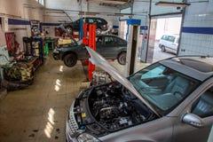 обслуживание замены масла автомобиля шара поднятое подъемом Стоковое Изображение