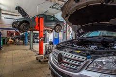 обслуживание замены масла автомобиля шара поднятое подъемом Стоковая Фотография RF