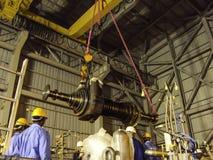 Обслуживание компрессора газа в заводе по обработке масла & газа стоковое фото