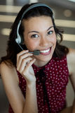 Обслуживание клиента говоря на шлемофоне в офисе Стоковые Изображения RF
