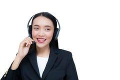 Обслуживание клиента красивой азиатской женщины усмехаясь говоря на шлемофоне Стоковые Изображения RF