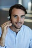 Обслуживание клиента принимая на шлемофон в офисе Стоковое фото RF