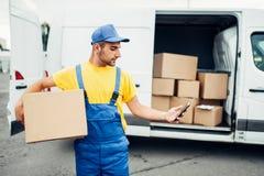 Обслуживание поставки груза, курьер с коробкой и телефон Стоковые Изображения