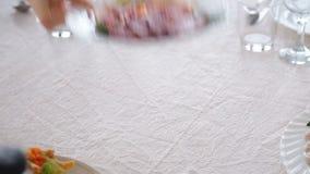 Обслуживание таблицы ресторанного обслуживании установленное с silverware и стеклом видеоматериал