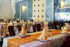 обслуживание таблицы ресторанного обслуживании установленное с silverware блюда и рестораном stemware стеклянным перед партией Стоковое Изображение