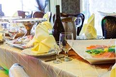 Обслуживание таблицы ресторанного обслуживании установленное с silverware, салфеткой и стеклом на ресторане Стоковое Изображение