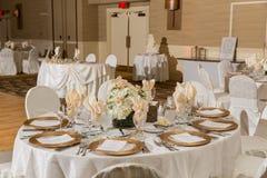 обслуживание таблицы установленное на ресторане перед партией Стоковые Фото