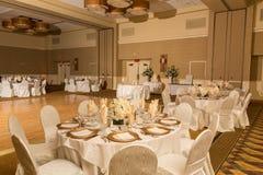 обслуживание таблицы установленное на ресторане перед партией Стоковая Фотография