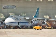 Обслуживание Antonov An-124 Ruslan Стоковое фото RF
