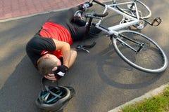 обслуживания дороги аварийной ситуации велосипеда предпосылки аварии лежа Стоковое Изображение