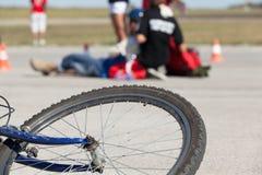 обслуживания дороги аварийной ситуации велосипеда предпосылки аварии лежа Стоковые Изображения