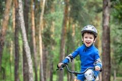 обслуживания дороги аварийной ситуации велосипеда предпосылки аварии лежа Ягнит концепция безопасности Мальчик транспортируя его  стоковые изображения
