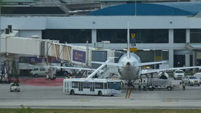 Обслуживания подготавливают самолет перед полетом в авиапорт видеоматериал