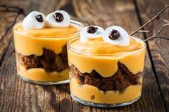 Обслуживания хеллоуина, маленький десерт изверга Стоковое Изображение