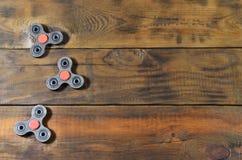 Обтекатели втулки редкие handmade деревянные непоседы лежат на коричневой деревянной поверхности предпосылки Ультрамодная игрушка стоковые фото