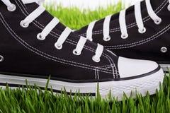 Обувает крупный план на зеленой траве Стоковые Изображения RF