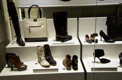 Обувной магазин женщины стоковые изображения rf