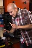 Обувь зрелого обычного рабочего класса шить на машине Стоковые Фото