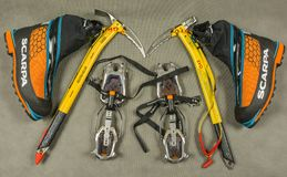 Обувь личного оборудования и альпинизма для hiker или альпиниста во время треков зимы Стоковая Фотография