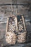 Обувь назвала ботинки lapty или мочала вися на деревянной стене Swe стоковые фотографии rf