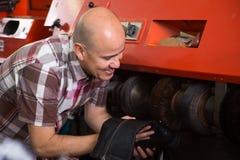 Обувь профессионального рабочего класса полируя на машине Стоковое Изображение
