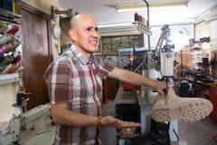 Обувь старшего профессионального сапожника шить на машине стоковые изображения rf