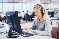 Обучение взрослых, середина постарело женщина изучая на компьютере Стоковые Фотографии RF