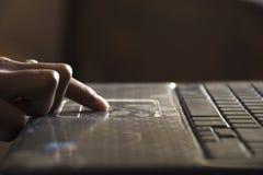 Обучение по Интернетуу используя компьтер-книжку Стоковая Фотография