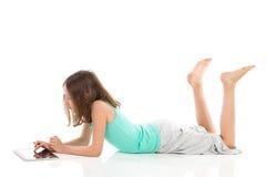 Обучение по Интернетуу с цифровой таблеткой Стоковые Изображения