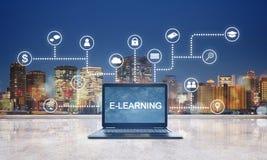 Обучение по Интернету, онлайн технология образования Обучение по Интернету на ноутбуке компьютера с технологией значков интерфейс стоковые изображения