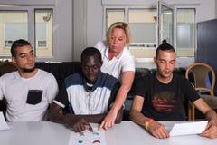 Обучение языку для беженцев в немецком лагере стоковая фотография