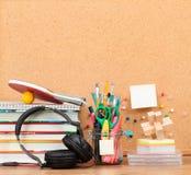 Обучите аксессуары на настольном компьютере с пустым pinboard в backgro Стоковая Фотография