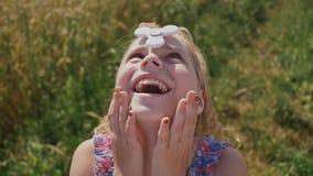 Обучите девушку ребенк играя с обтекателем втулки руки outdoors Обтекатель втулки закручивает на лоб ` s девушки Популярная и уль сток-видео