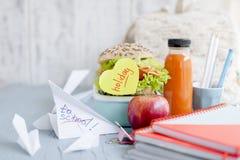 Обучите завтрак в коробке и соке с плодоовощ на зеленой предпосылке и книги на таблице Здравица и сок в бутылке открытый космос Стоковые Изображения