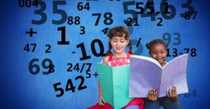 Обучите книги чтения девушек пока номера летая в предпосылке Стоковое Изображение RF
