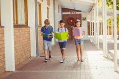Обучите книги чтения детей пока идущ в коридоре Стоковые Фотографии RF