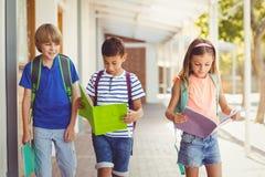 Обучите книги чтения детей пока идущ в коридоре Стоковые Изображения RF