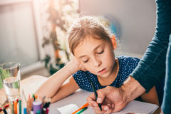 Обучите отца девушки наблюдая помогая ей закончить домашнюю работу Стоковые Изображения