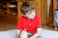 Обучите ребенк играя с Tri обтекателем втулки руки непоседы внутри помещения Стоковое фото RF