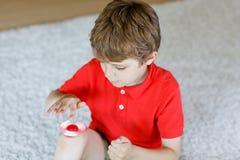 Обучите ребенк играя с Tri обтекателем втулки руки непоседы внутри помещения Стоковые Фотографии RF