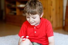 Обучите ребенк играя с Tri обтекателем втулки руки непоседы внутри помещения Стоковое Изображение RF