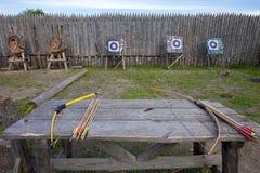 Обхватывайте для снимать и стрелок на таблице для тренировки в стрельбе на фоне цели Стоковые Изображения RF