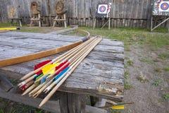 Обхватывайте для снимать и стрелок на таблице для тренировки в стрельбе на фоне цели Стоковое Изображение RF