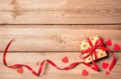 обхватывайте красный цвет подарка коробки Стоковое фото RF