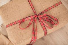обхватывайте красный цвет подарка коробки Стоковая Фотография