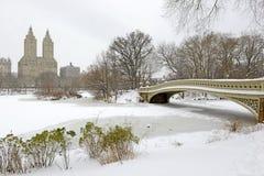 Обхватывайте мост, Central Park после пурги, Нью-Йорка стоковая фотография