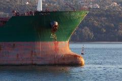 Обхватывайте с красным водоразделом большого промышленного грузового корабля Стоковое Изображение