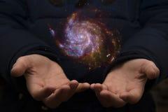 Обширная вселенная в руках ребенка Элементы этого imag Стоковое фото RF