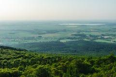 Обширная равнина с озером в расстоянии Стоковые Изображения