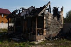Обширным поврежденное огнем свойство недвижимости стоковые фотографии rf